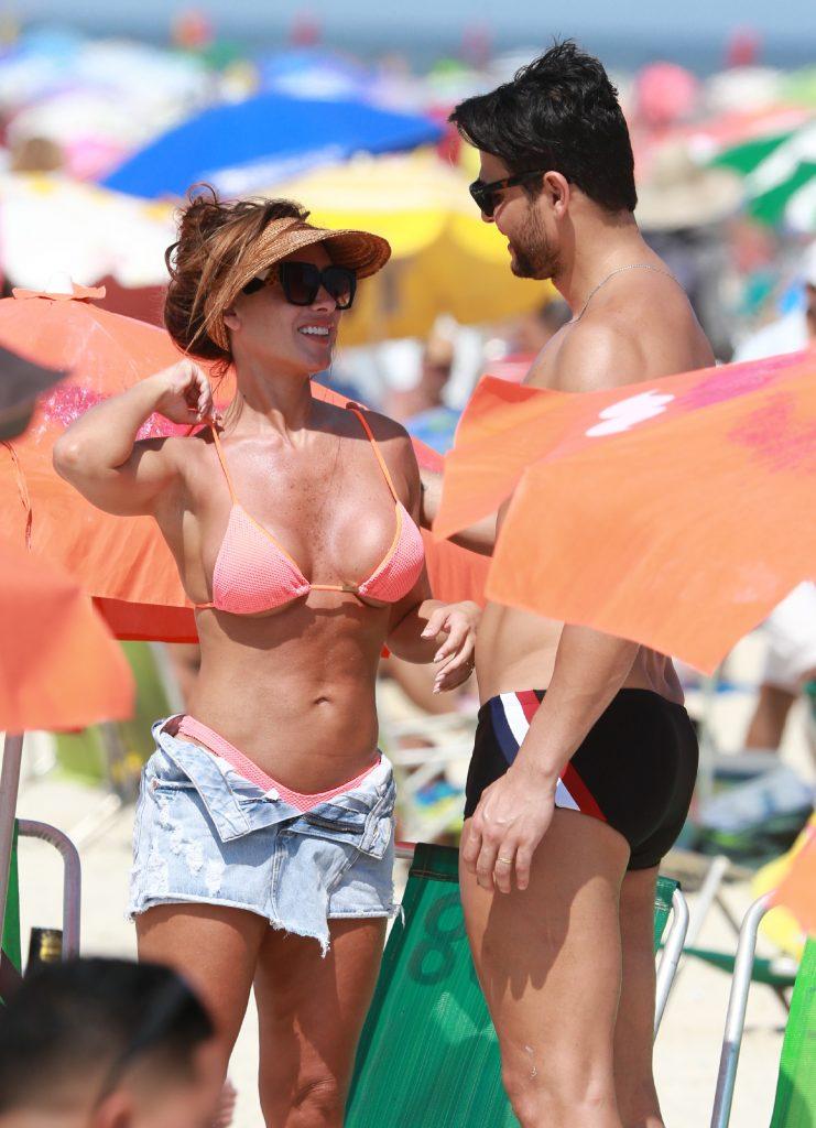 Nicole Bahls e Marcelo Bimbim em praia carioca
