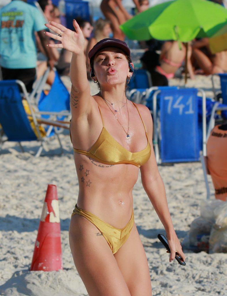 Mariana Goldfarb em praia contra recomendação da OMS