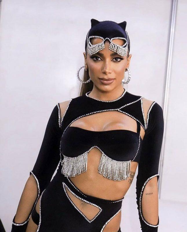 Anitta tem queda de pressão e abandona show