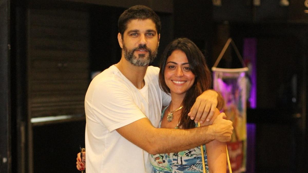 Carol Castro e Bruno Cabrerizo em clima de romance no teatro