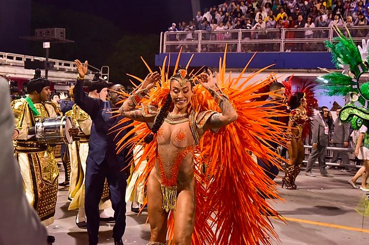 Dani Bolina no desfile da Vila Maria em 2020