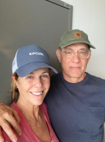 Tom Hanks deixa a quarentena com a esposa, Rita Wilson e volta aos EUA