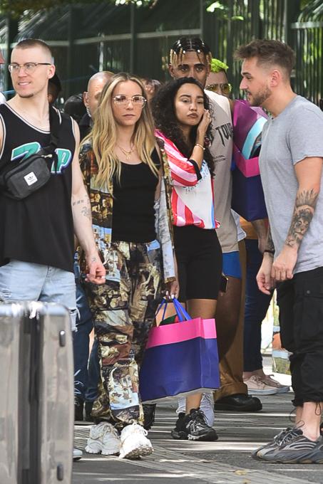 Integrantes do Little Mix passeiam nas ruas de São Paulo