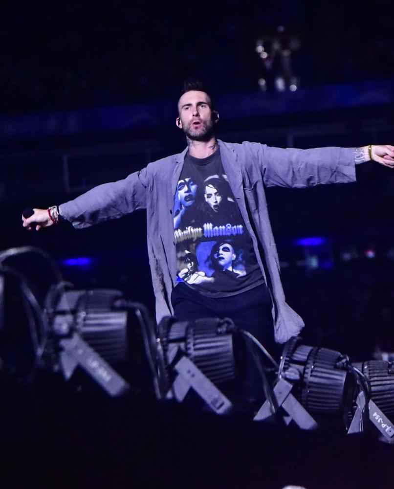 Maroon 5 canta para 45 mil pessoas debaixo de chuva em SP