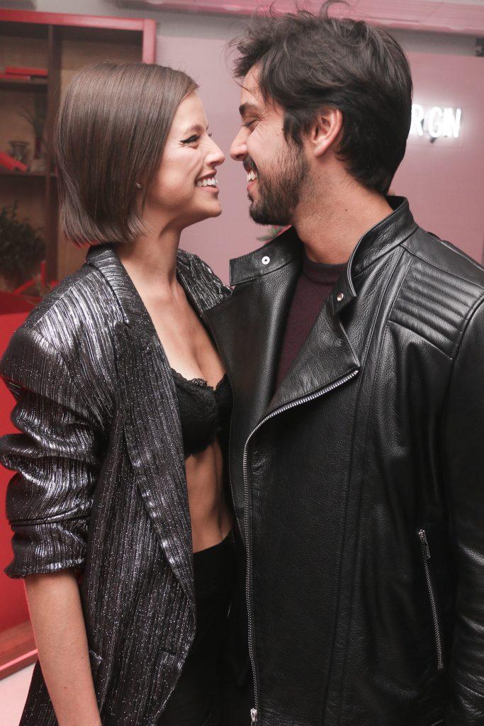 Ágatha Moreira e Rodrigo Simas se beijam