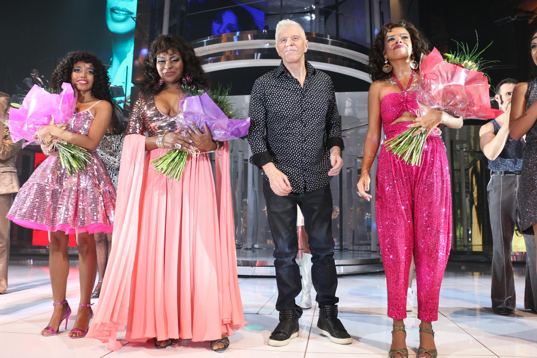 Ingrid Guimarães, Tiago Abravanel com o marido e Bárbara Paz conferem estreia de musical de Miguel Falabella