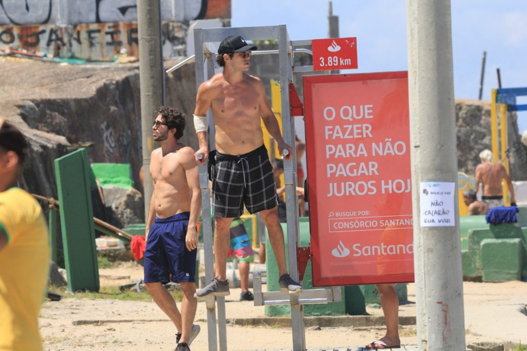 José Loreto malha em praia no Rio