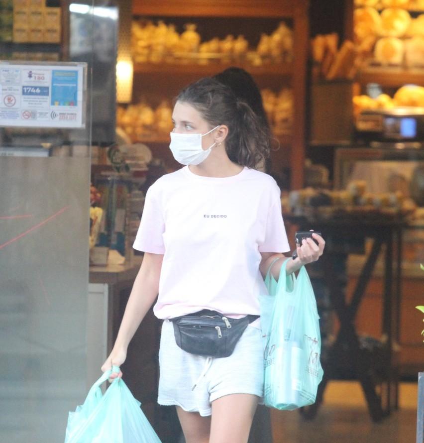 De máscara, Bruna Linzmeyer faz compras em padaria no Rio