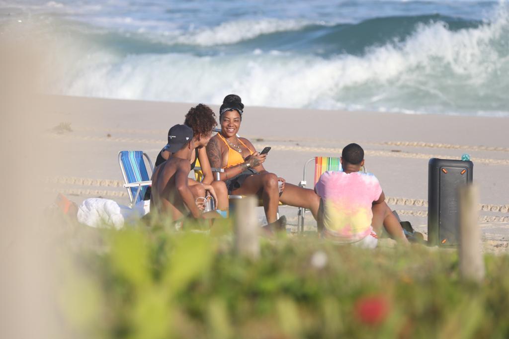 Ludmilla curte praia sem a presença da esposa, Brunna Gonçalves