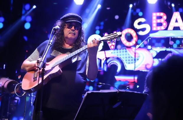 Moraes Moreira tocando violão elétrico em apresentação dos novos baianos