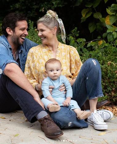 Nick, a esposa e o filho sentados no chão