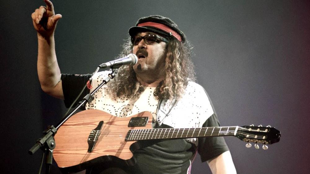 Moraes Moreira de boina se apresentando no palco