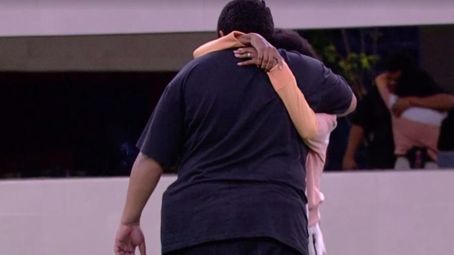 No paredão, Babu abraça Thelma