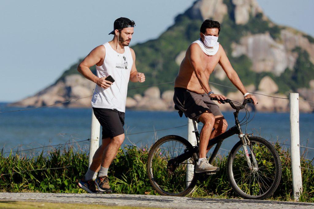 Thiago Rodrigues corre na orla da Barra da Tijuca