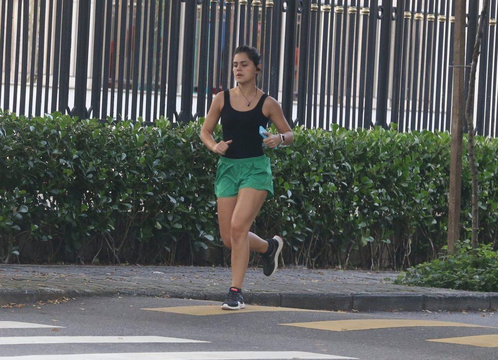 Jéssika Alves corre nas Ruas da Barra da Tijuca.