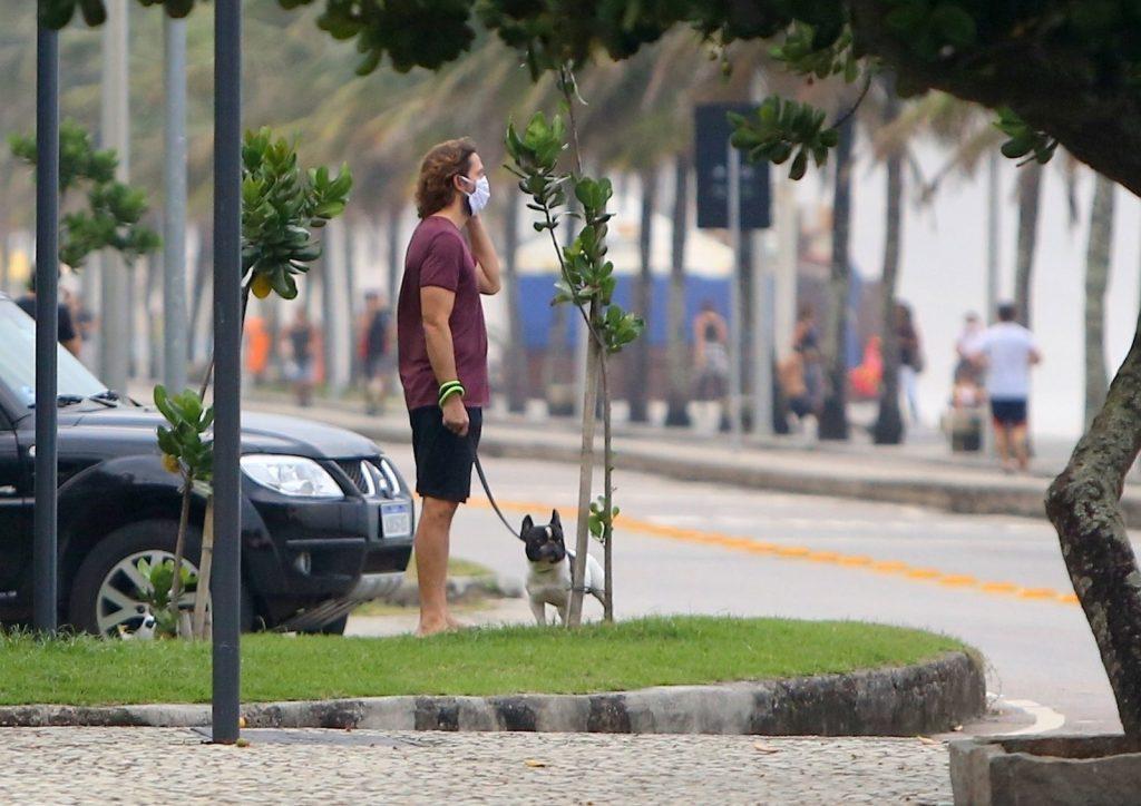 Vladimir Brichta passeia com seu cachorro na Orla de São Conrado no Rio de Janeiro.