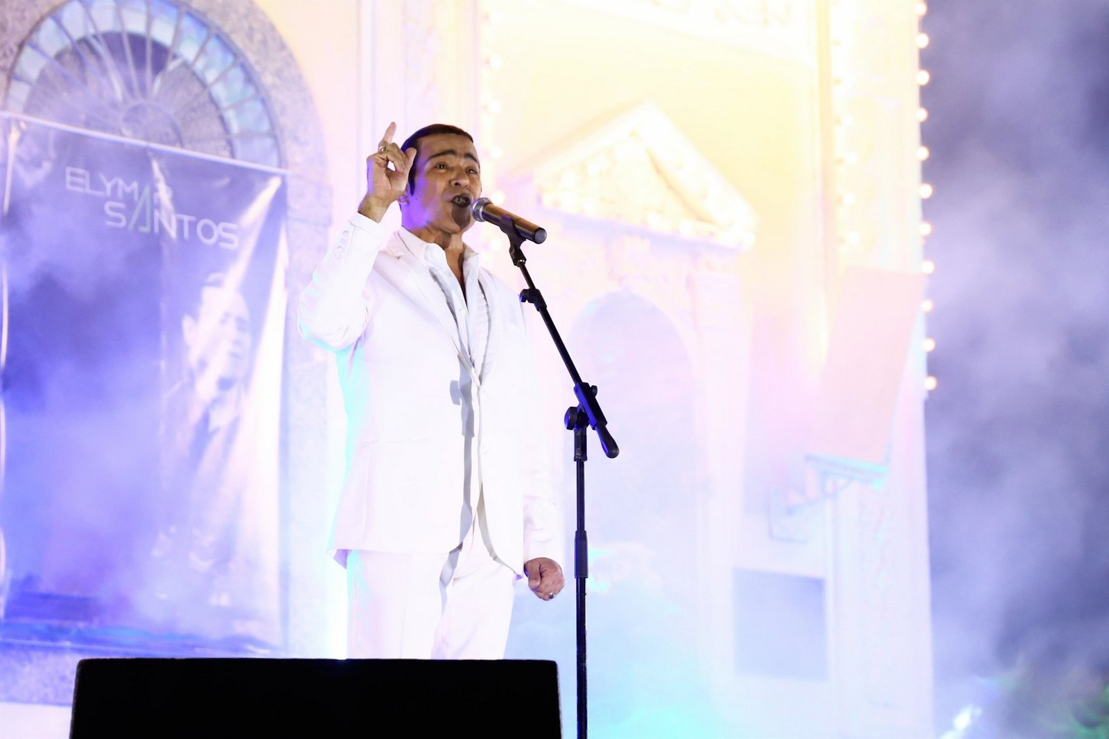 Sem público, Elymar Santos, faz show direto da Igreja da Penha no RJ