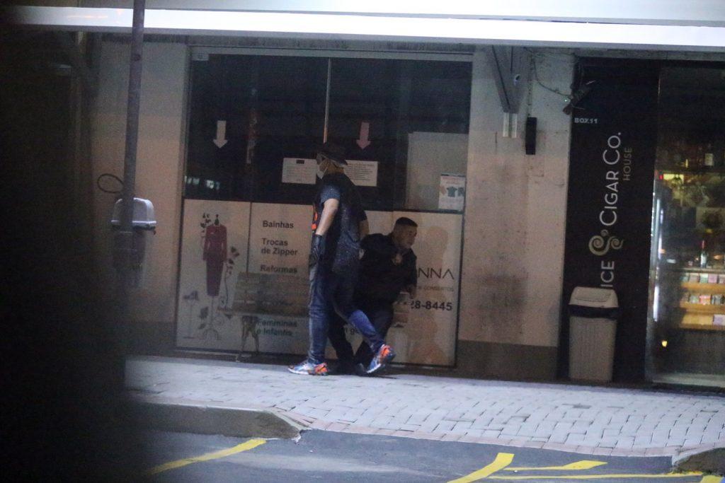André Marques cumprimenta segurança com cotovelo no Rio