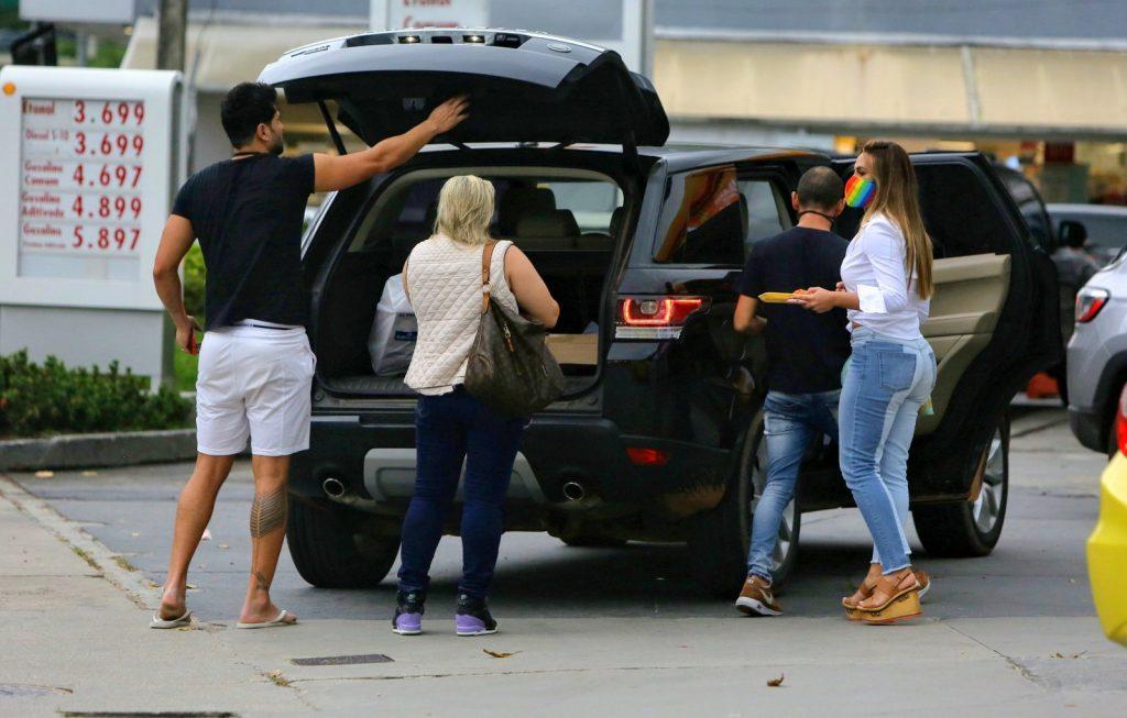 Pneu do carro de Nicole Bahls fura no Rio