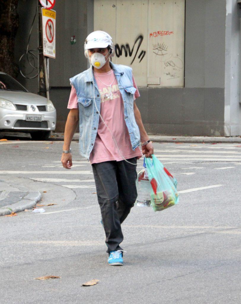 André Gonçalves vai às compras em mercado do Rio de Janeiro