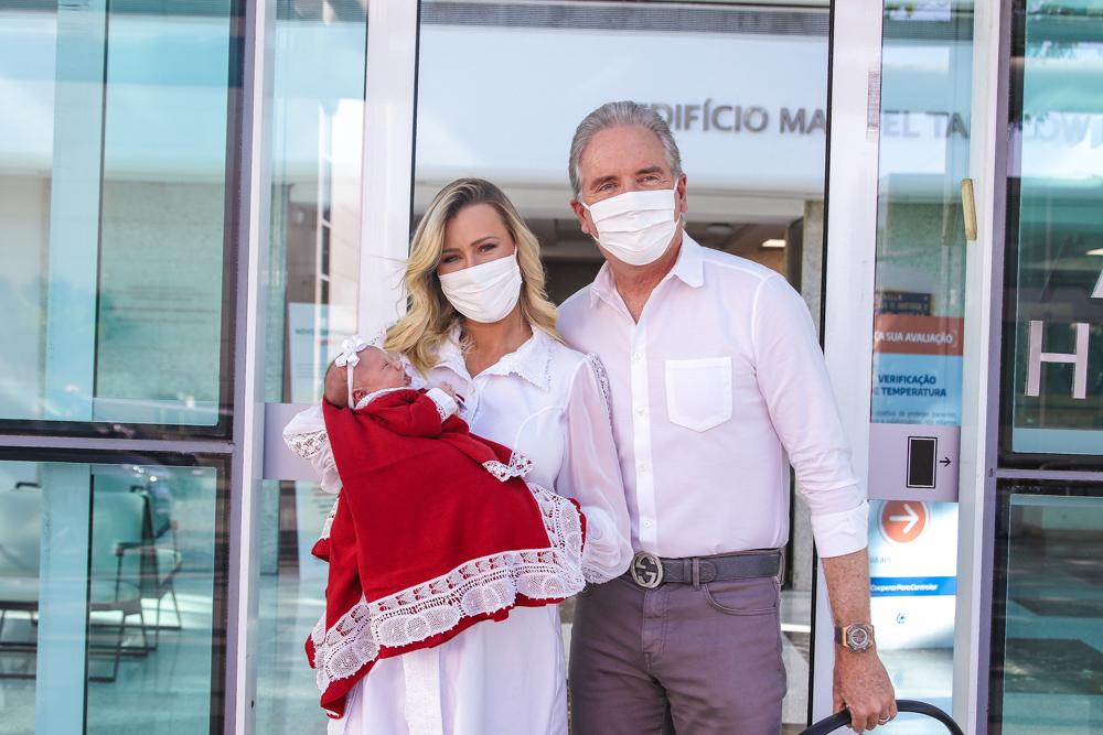 Acompanhada de Justus, Ana Paula Siebert deixa a maternidade com sua filha Vicky