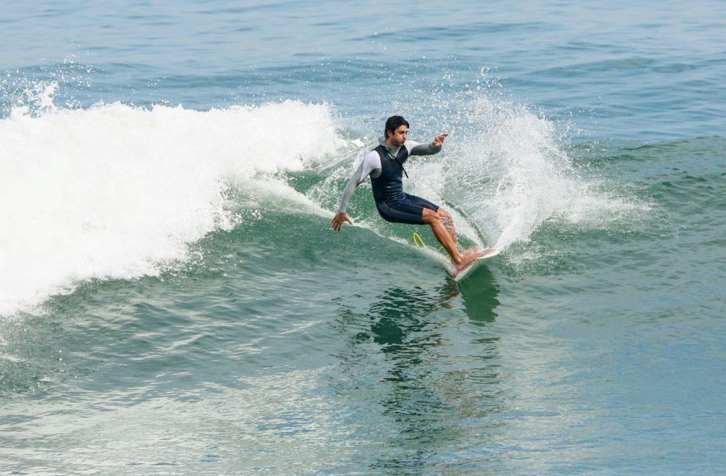 André Resende surfa na praia da Barra da Tijuca.